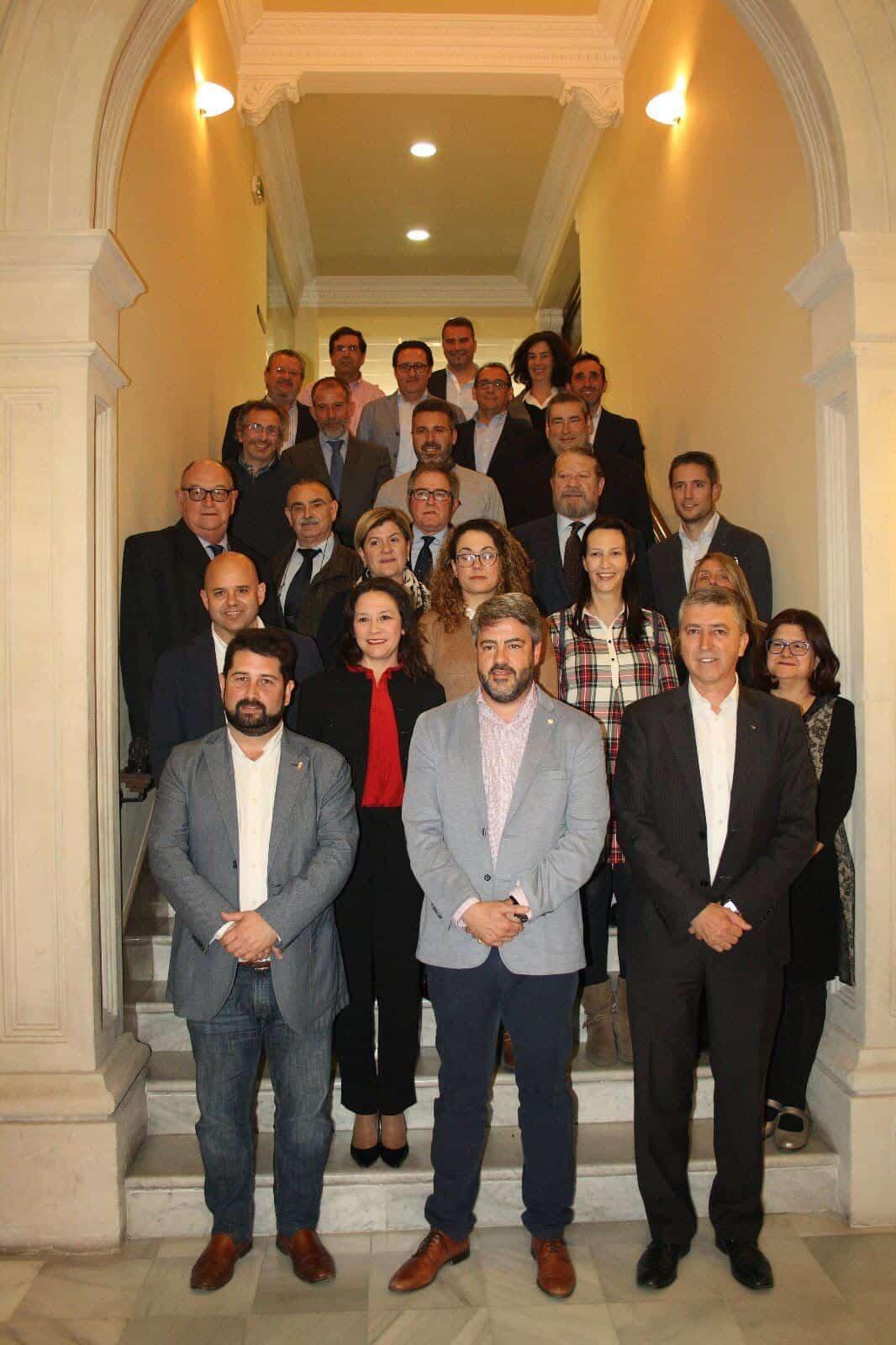 Miembros del Pleno de la Cámara de Comercio de Alcoy con el Conseller de Economía